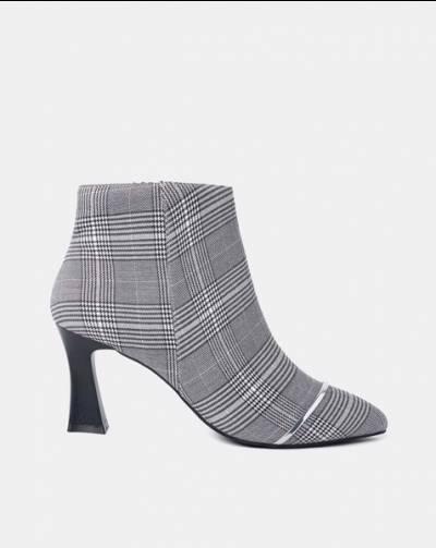 Giày boot trang trí kim loại viền mũi
